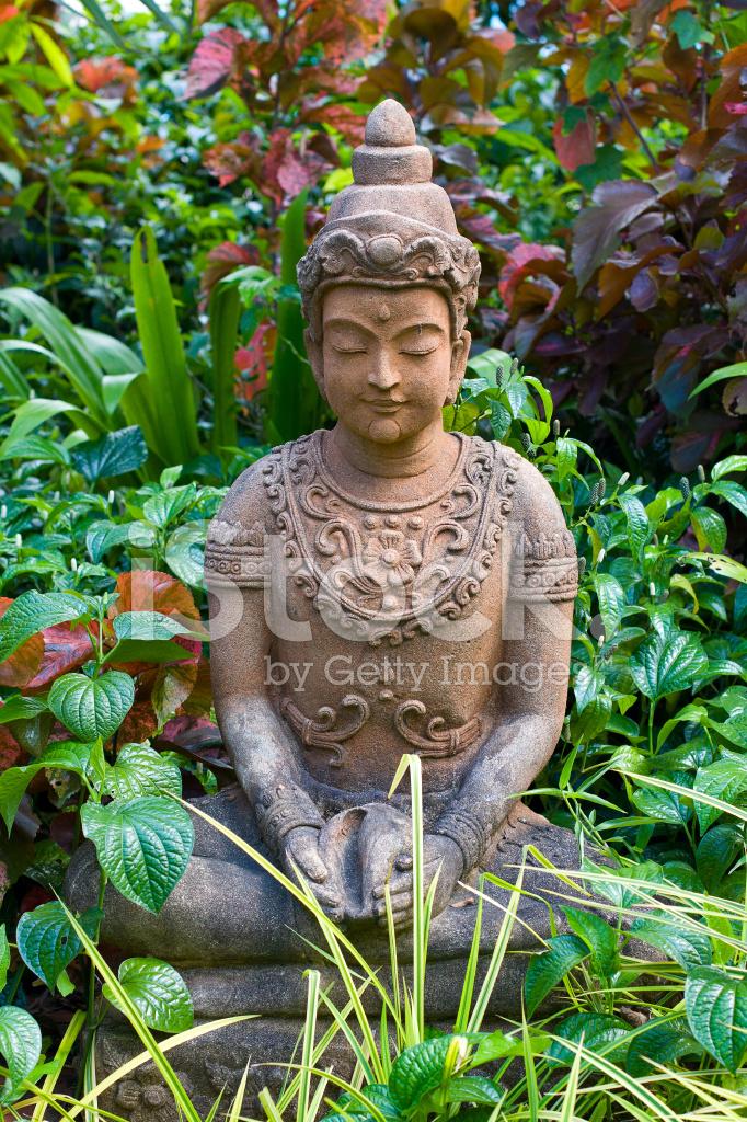 Buddha Statue Im Garten Stockfotos Freeimages Com