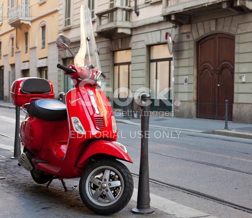 通り イタリア ミラノで駐車した赤いベスパ ストックフォト
