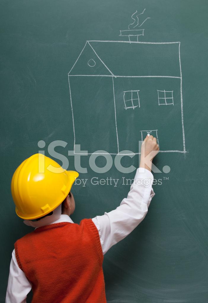 Kleine Ingenieur Mit Helm Zeichnen Ein Haus Auf Tafel Stockfotos