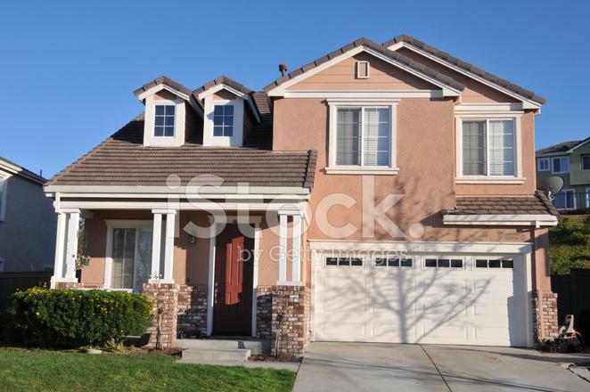 Casa unifamiliare a due piani con passo carraio fotografie for Piani casa unifamiliare