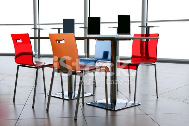 Eettafel Stoelen Modern.Moderne Eettafel En Kleurrijke Stoelen In Een Restaurant