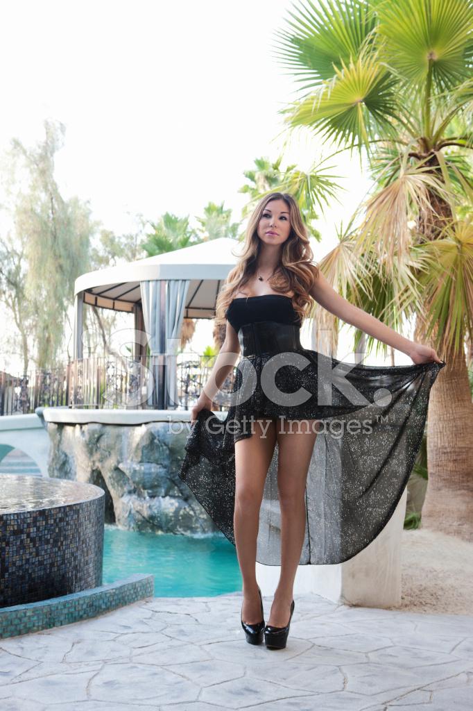 Schone Sexy Junge Frau Im Kurzen Kleid Bei Luxuriosen Pool Stockfotos Freeimages Com