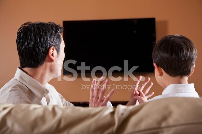 Vater Und Sohn Auf Couch Vor Dem Fernseher Stockfotos Freeimages Com