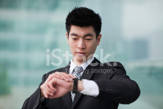 Mirando El Reloj DE Pulsera DE Hombre DE Negocios Fotografías de ... 322b31c1b012