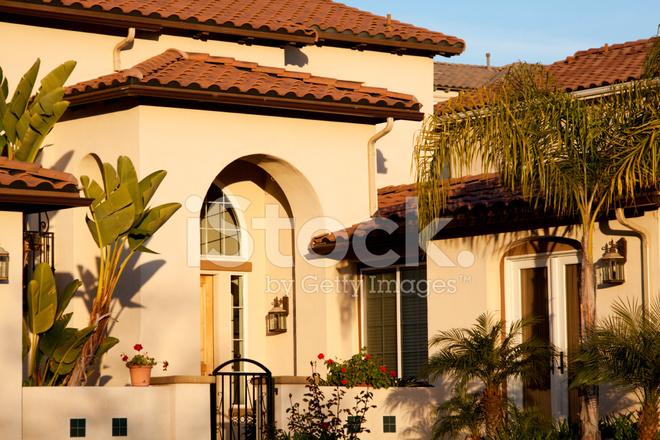 Ingressi Esterno Di Casa : Stucco casa esterno con ingresso ad arco fotografie stock