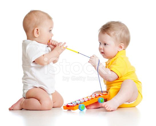 engraado crianas brincando com brinquedos musicais no fundo branco