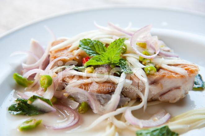 Слоеный салат из жареной рыбы фото
