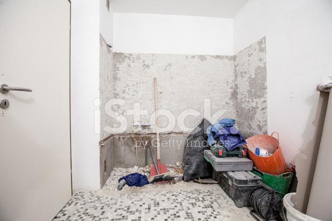 Vecchio bagno vasca da bagno da ristrutturare fotografie stock