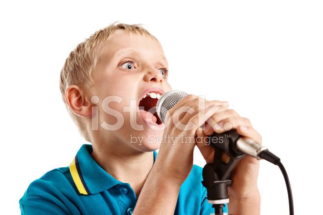 Niño DE 9 Años Extrovertido Habla O Canta En Micrófono