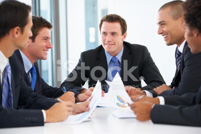 Groupe dhommes daffaires ayant la réunion dans le bureau photos