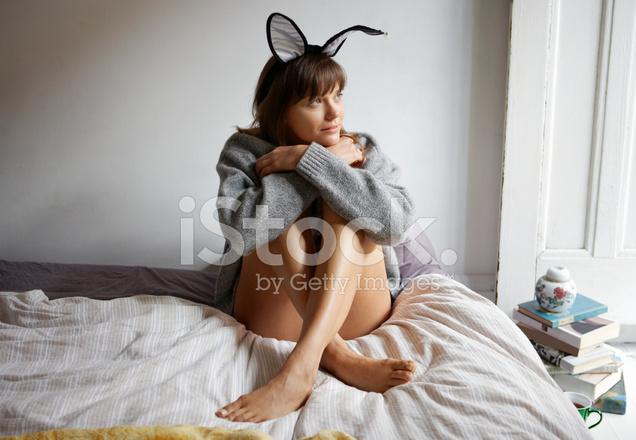 Frau Mit Schlaufen Sitzen Auf Dem Bett Knie Umarmen Auf Der Suche