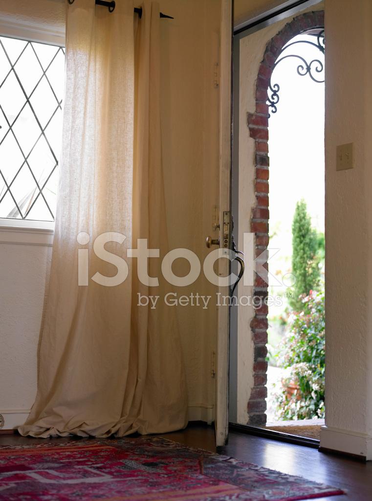 Porte ouverte dans l 39 entr e de la maison photos - L entree de la maison ...
