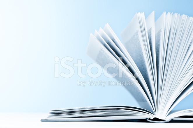Gros Plan D Un Livre Ouvert Avec Des Pages Sur Fond Bleu
