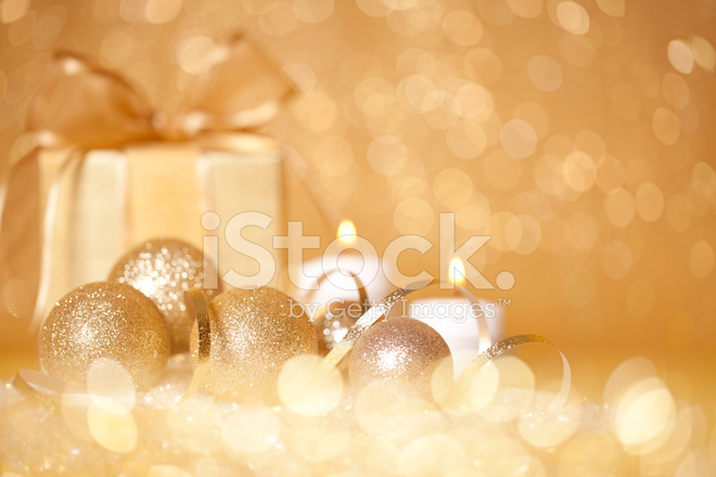Gold Christbaumschmuck Mit Ein Geschenk Und Kerzen Stockfotos