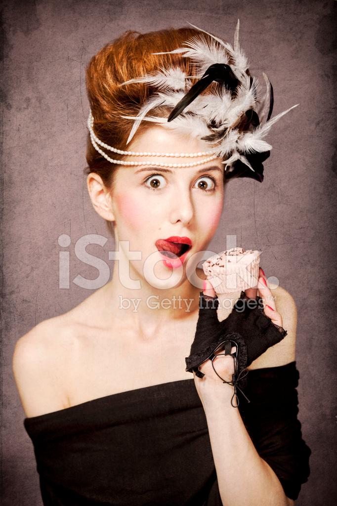 Madchen Mit Rokoko Frisur Und Kuchen Stockfotos Freeimages Com