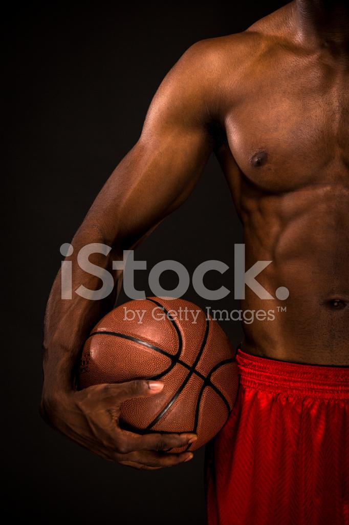 アフリカ系アメリカ人の男子バスケット ボールで裸のポーズ