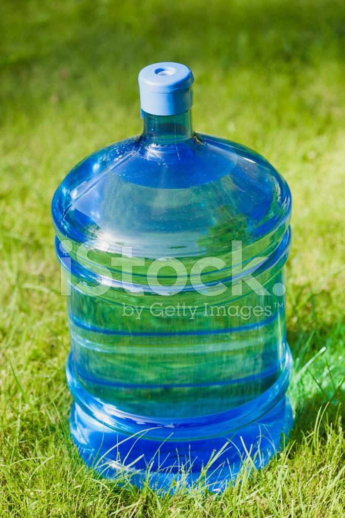 Bottiglia Grande Di Acqua Su Sfondo Verde Erba Fotografie Stock