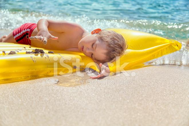 Kleiner Junge Spielt Auf Aufblasbare Luft Bett Am Strand Stockfotos
