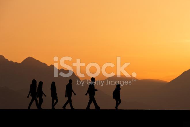 Sagome Persone Che Camminano.Sagome Di Persone Che Camminano Al Tramonto Fotografie Stock