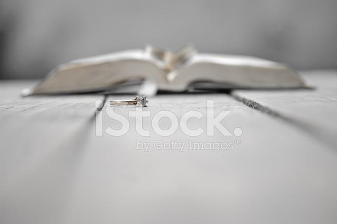 Verlovingsring Twee Trouwringen En Stockfoto S Freeimages Com