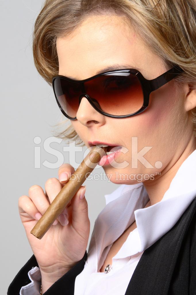 Bionda Stock Fumando Sigaro Fotografie Da Donna Con Occhiali Un Sole CQdxhsrt