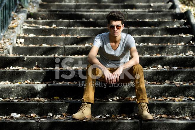 Junger Gut Aussehender Mann Mit Modernen Frisur Auf Treppe