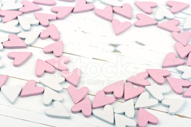 Pembe Ve Beyaz Ahşap Zemin üzerinde Küçük Kalpler Stok Fotoğrafları