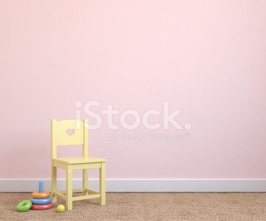 Stoel Voor Kind : Kind stoel en speelgoed voor lichte roze muur stockfoto s