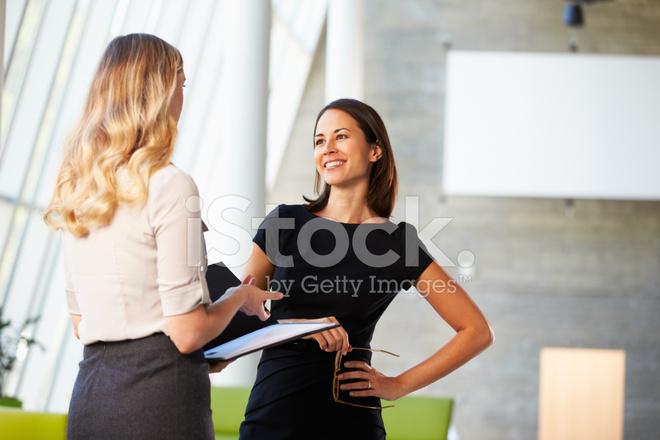 Deux femmes d affaires ayant la réunion dans le bureau moderne