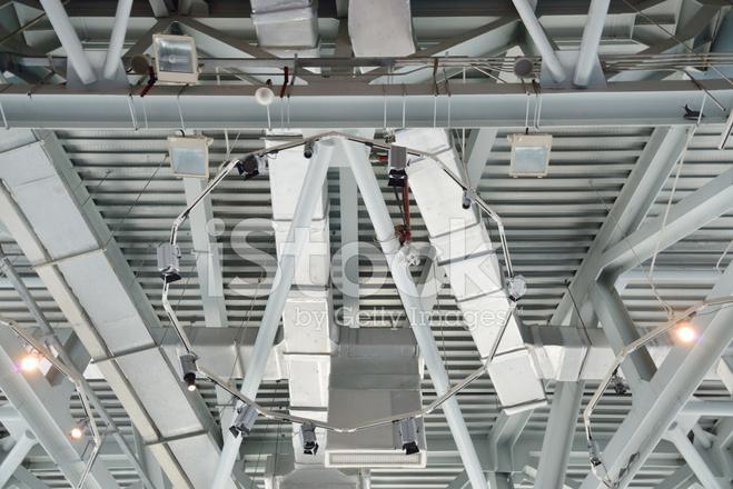 Illuminazione e soffitto moderno edificio con tubi di ventilazione
