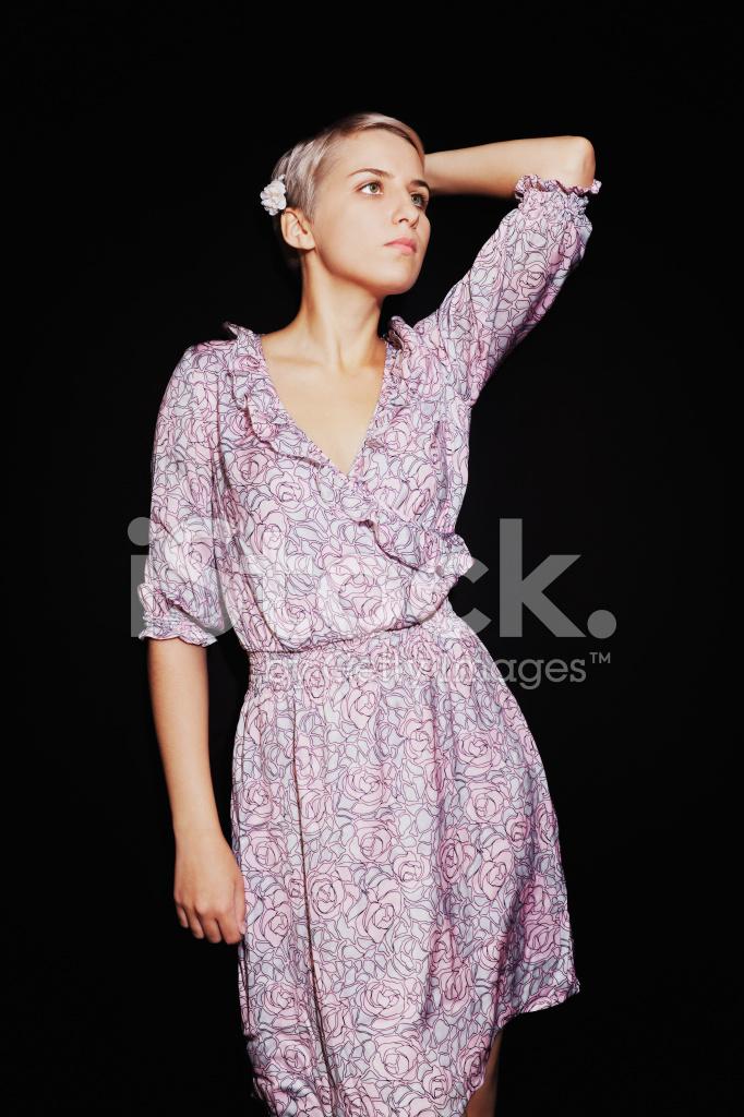 Schöne Junge Frau IN Lila Sommerkleid Auf Schwarzem