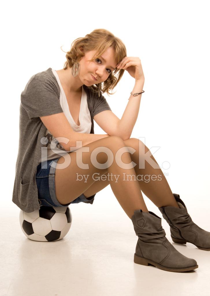 Mujer Joven Sentada En LA Pelota DE Fútbol Fotografías de stock ... cd8d617a60707