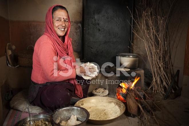Echte Mensen Uit Landelijke India Senior Vrouw Koken