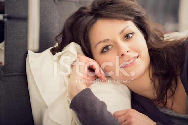 Mooi meisje ontspant in de slaapkamer portret stockfoto s