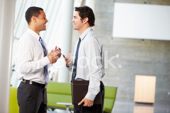 Deux hommes daffaires ayant réunion informelle dans le bureau