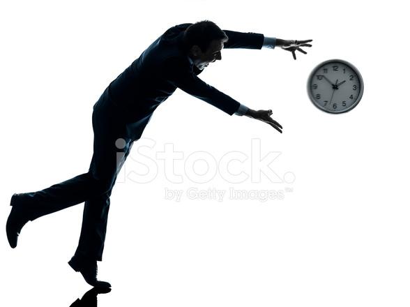 homem de negócios correndo atrás da silhueta de relógio fotos do