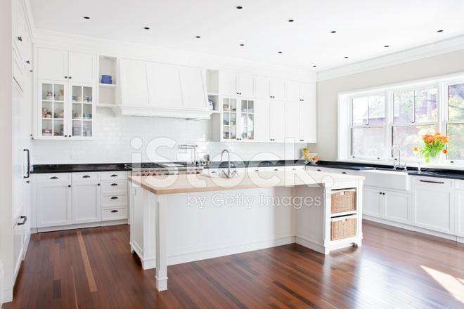 Moderne bright keuken met eiland stockfoto s freeimages