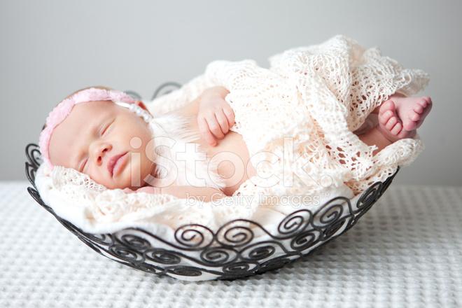 Beb Recin Nacido Con Diadema En Cesta Para Dormir Fotografas de