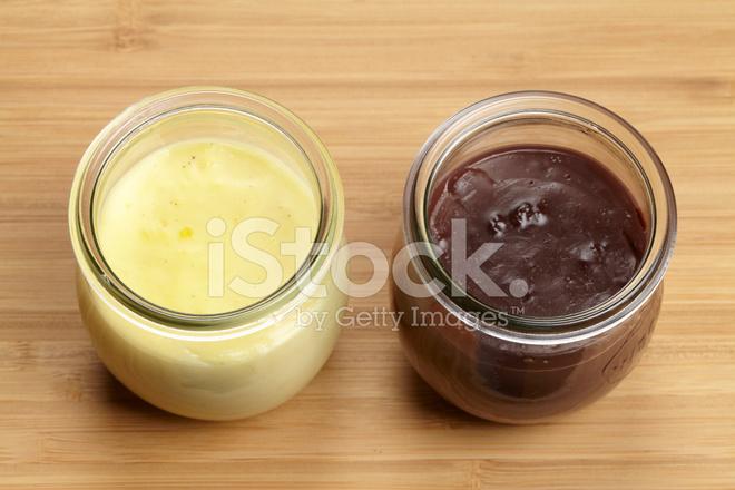 glas mit schokoladenpudding und vanillepudding auf einem. Black Bedroom Furniture Sets. Home Design Ideas