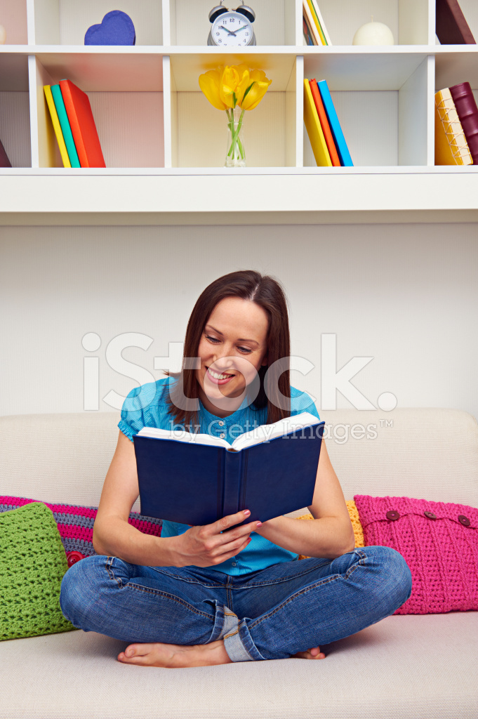 Девушки читают книги сидя на диване видео, скандальное видео из фитнес клуба