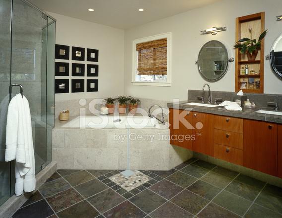 Bagno moderno con pavimento in ardesia fotografie stock ...
