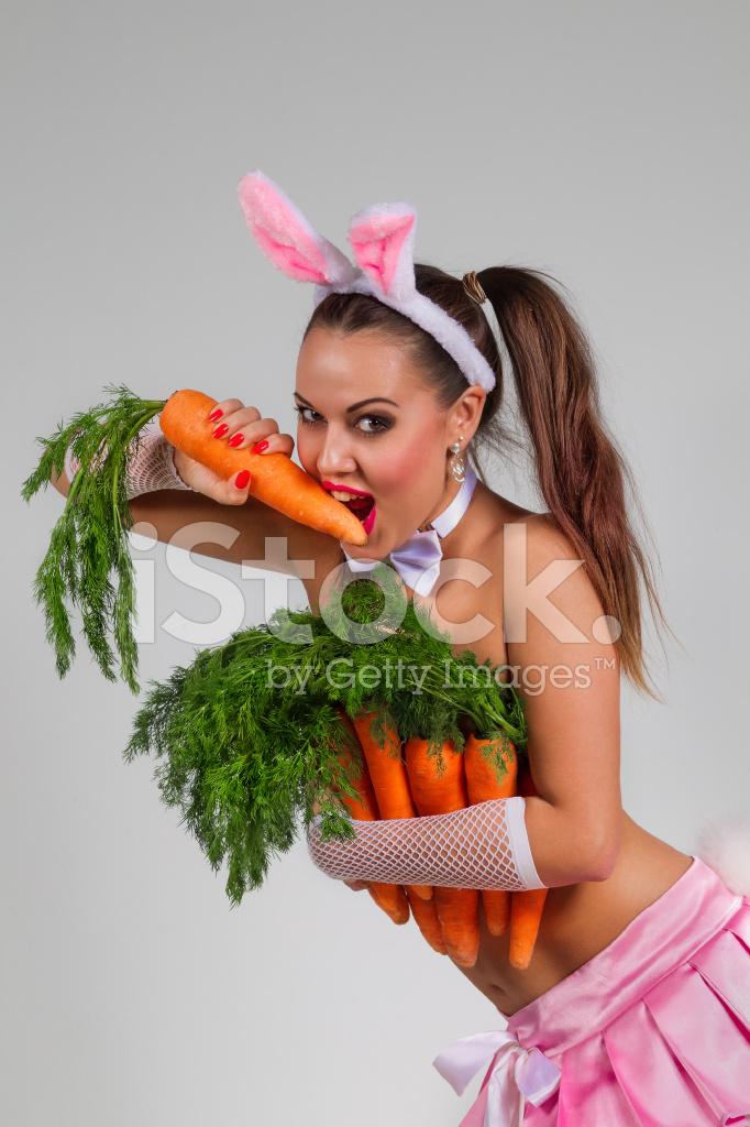зашёл длинноволосая девушка играется с морковкой много пососав