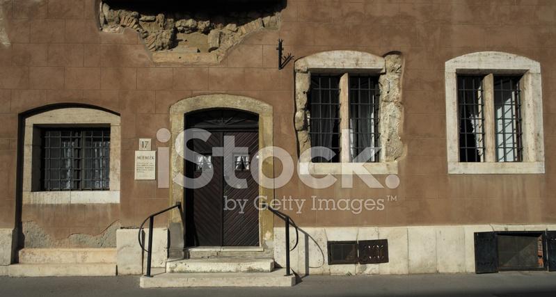 Oude huis gevel met ramen en deuren stockfoto s freeimages