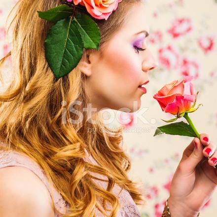 Güller Saçında Ile Güzel Bir Genç Kadın Stok Fotoğrafları - FreeImages.com