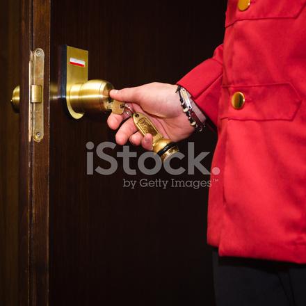 Portero de hotel abriendo una puerta de la habitaci n for Descripcion de una habitacion de hotel