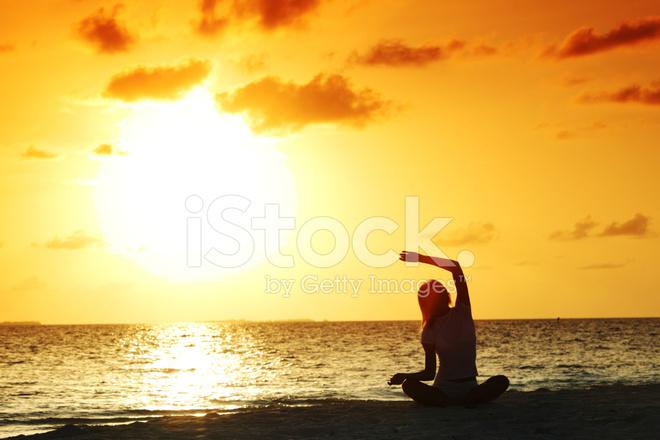 首頁 付費圖 自然風光 日落瑜伽女人