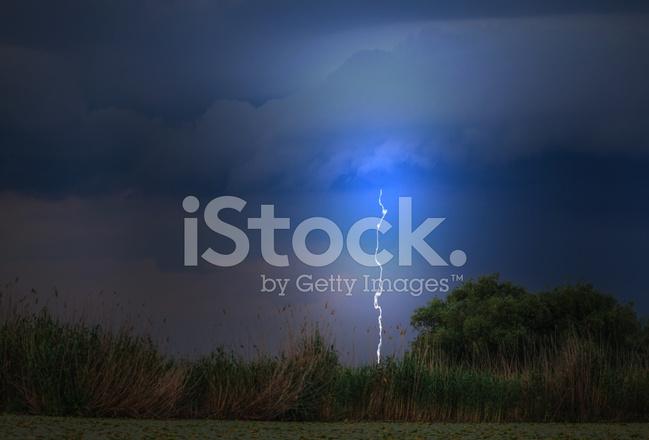 Mooie storm wolken boven lake in het voorjaar van stockfoto s