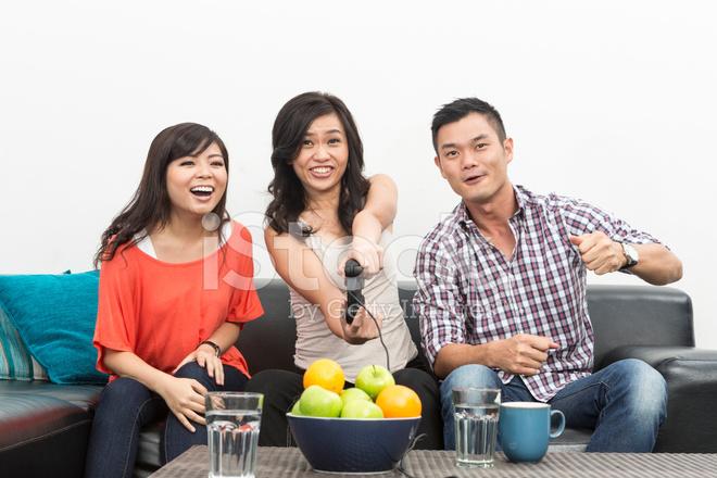 Jovenes Amigos Chinos Juegos De Video En Casa Fotografias De Stock