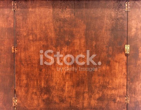 Oude Houten Kast : Oude houten deur naar de kast met messing scharnieren stockfotos