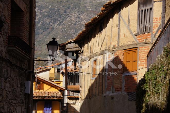 Case Di Legno E Mattoni : Tipica strada con case di legno adobe mattoni e pietra